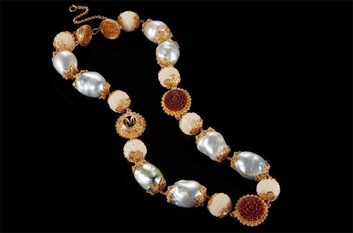 Collana con perle barocche, semi di tagua, legno sawo, fiori di loto