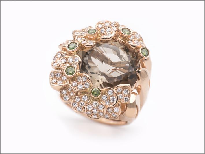 Anello con diamanti bianchi e verdi, quarzo fumé al centro