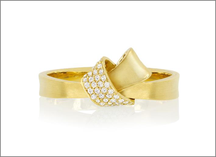 Anello Knot mini, oro giallo e diamanti. Prezzo: 1255 dollari