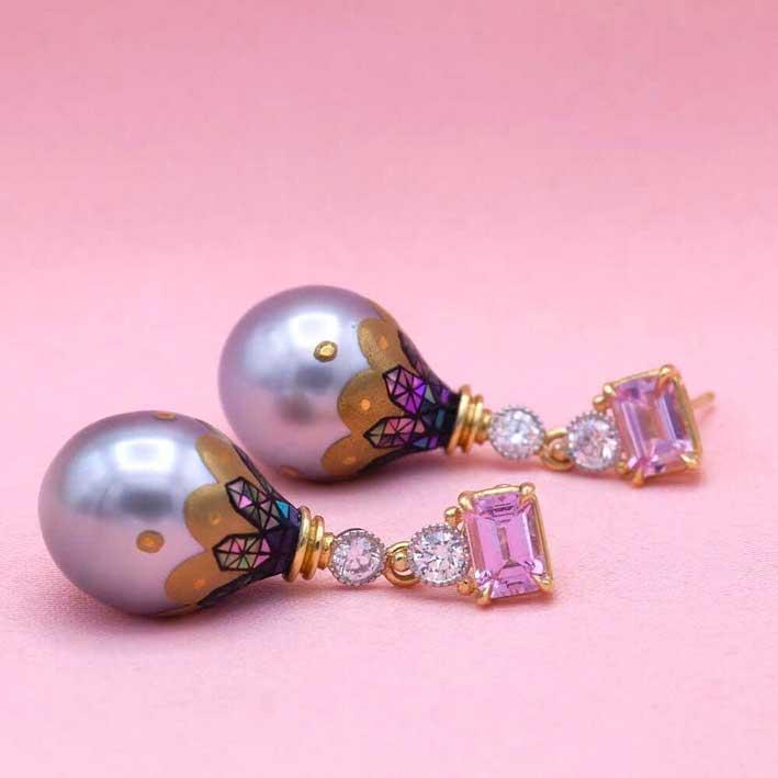 Orecchini con perle dei Mari el Sud, oro 24 carati, zaffiri rosa e diamanti