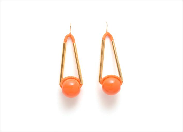 Marion Vidal, orecchini in arancio e rosa