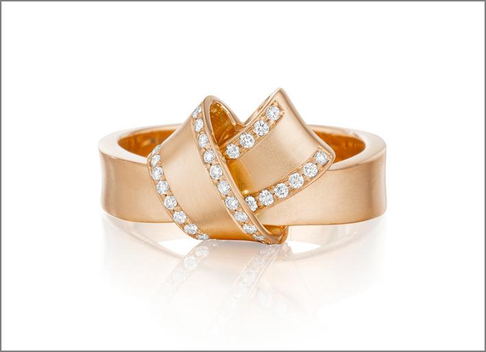 Anello Knot oro rosa e diamanti. Prezzo: 1255 dollari