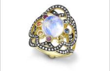 Noor Fares, anello Flower of Life, pietra luna, oro giallo, pietre di colore e diamanti