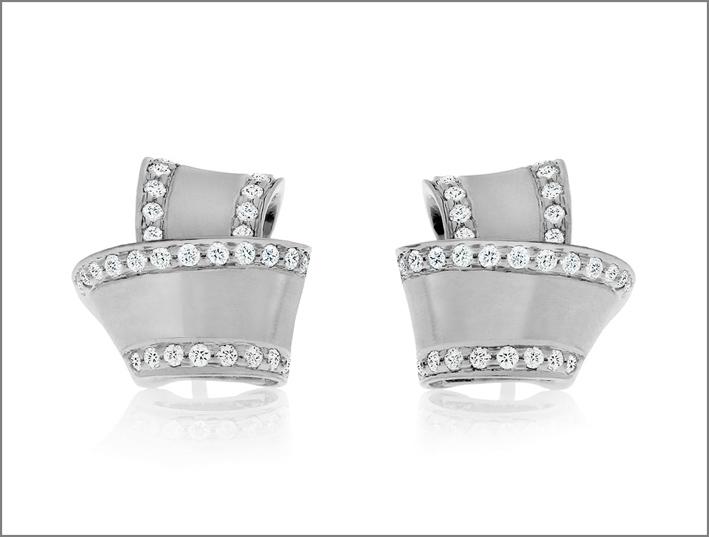 Orecchini a bottone in oro bianco e diamanti