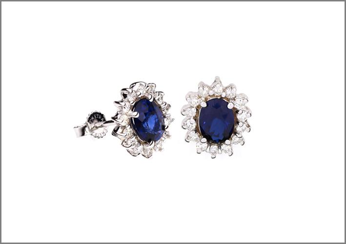 Orecchini con zaffiri e diamanti. Prezzo: 1150 euro