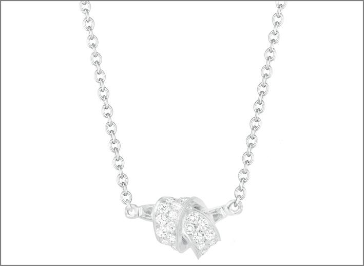 Pendente in oro bianco con pavé di diamanti. Prezzo: 1255 dollari