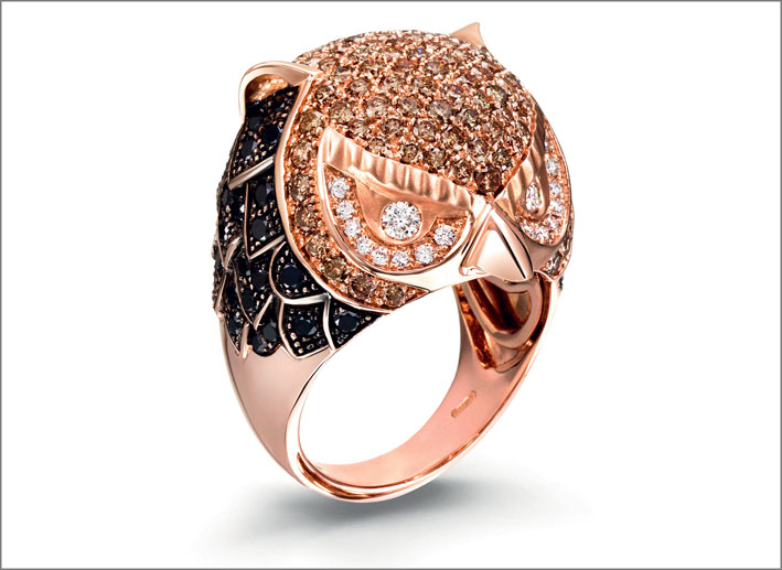 Anello della serie Animalier, in oro rosa, diamanti bianchi, brown e neri