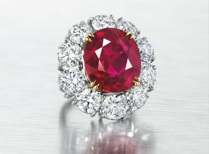 Anello con diamante burmese di oltre 15 carati venduto per 12,9 milioni, alla cifra record di 861.000 per carato