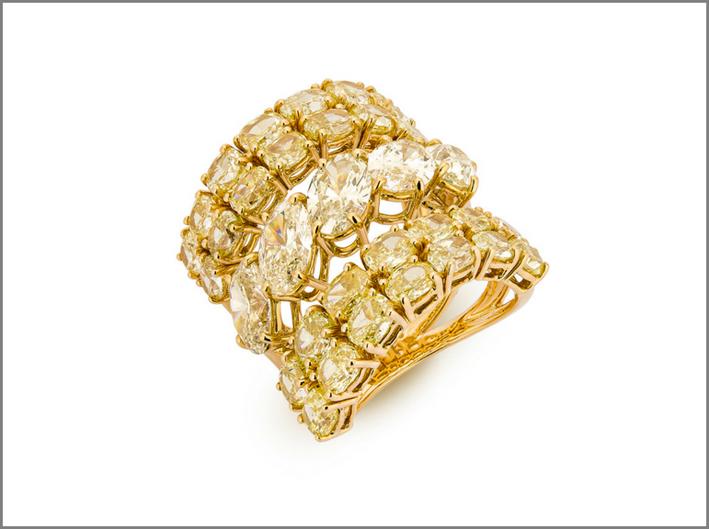 Anello di diamanti bianchi e gialli