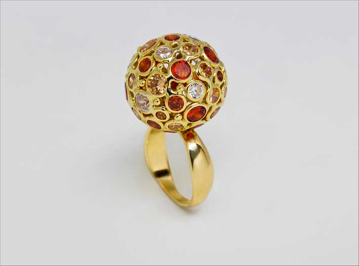 Anello in oro con pietre di colore e zirconi bianchi