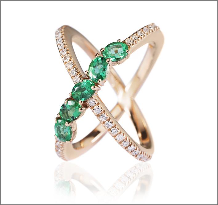 Anello doppio in oro rosa, diamanti e smeraldi