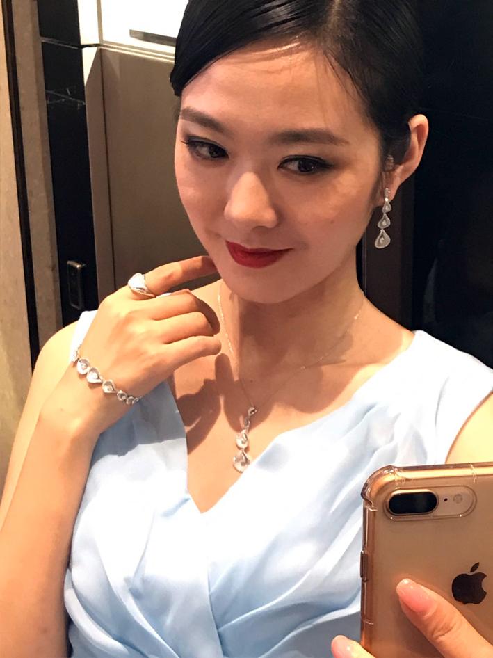 Modella cinese con gioielli di Annamaria Cammilli