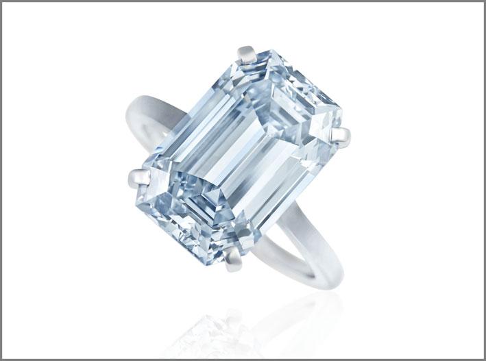 Anello conun diamante fancy intense blue pot/IF diamante da 8.67 carati per 13,2 milioni