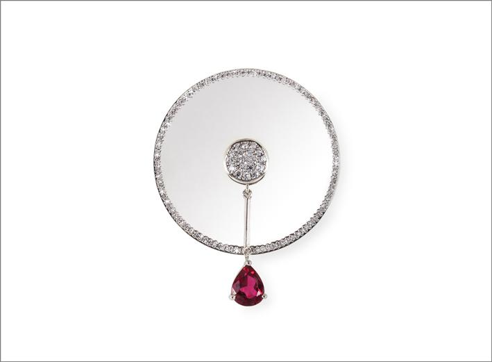 Orecchino della collezione Age in oro bianco, diamanti, rubino a goccia