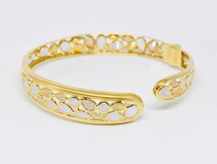 Schiava in oro giallo con opali rosa