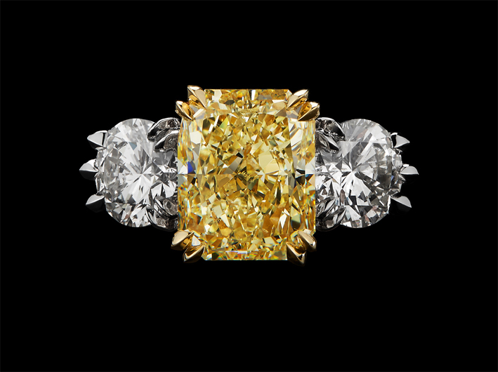 Anello con diamante fancy light yellow di 5,02 carati e diamanti taglio brillante bianchi