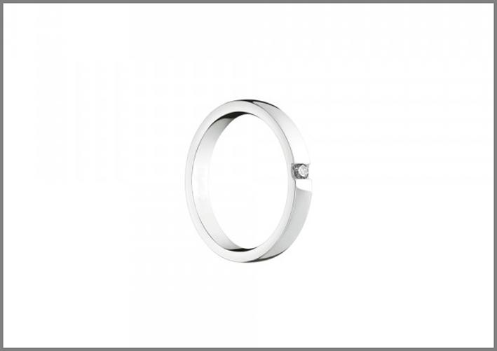 Veramore, fede nuziale in oro bianco con diamante esterno. Prezzo: 820 euro