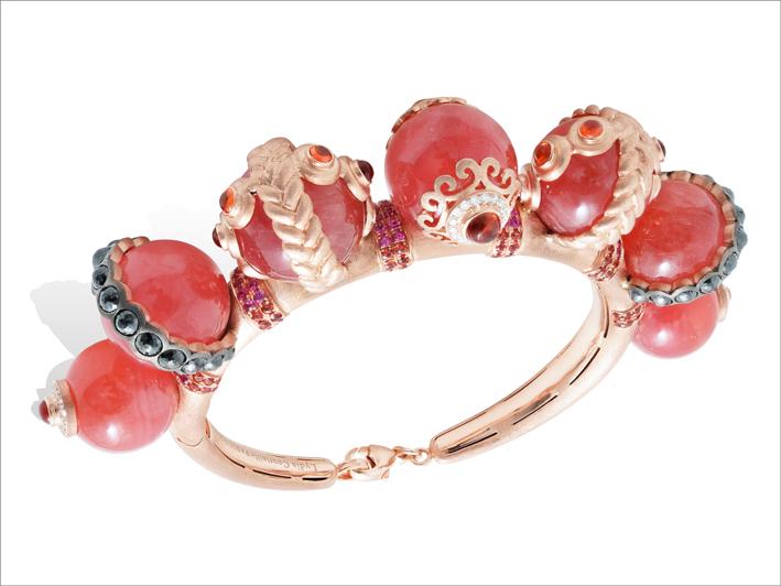 Bracciale in oro rosa, rodocrosite, diamanti neri e bianchi, rubini, zaffiri orange e rosa