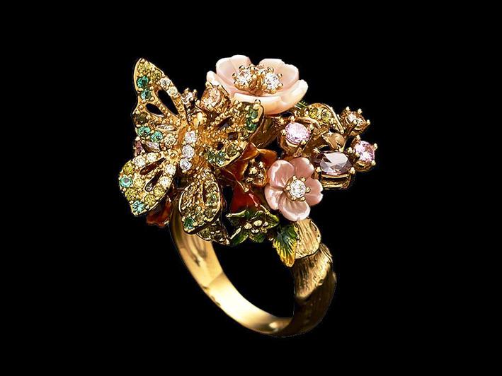 Anello in vermeil, con una serie di gemme create in laboratorio, tra cui smeraldi, peridoti, diamanti e zaffiri rosa con fiori intagliati di madreperla, gemme e foglie smaltate a mano