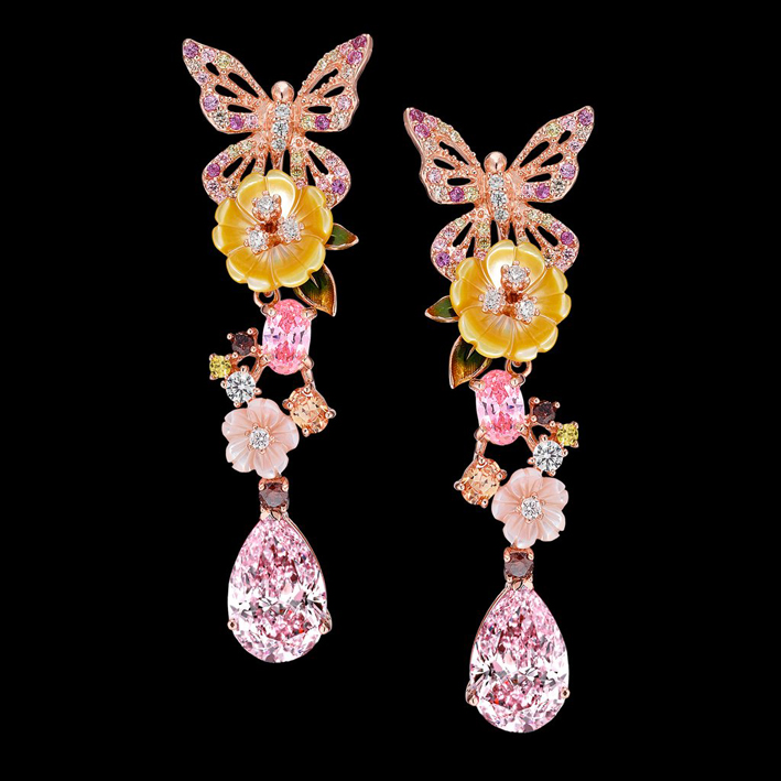 Orecchini in vermeil, con pietre sintetiche tra cui due zaffiri rosa da 5 carati, citrini champagne, diamanti brown, yellow e bianchi, perle, fiori, e foglie di smalto dipinte a mano