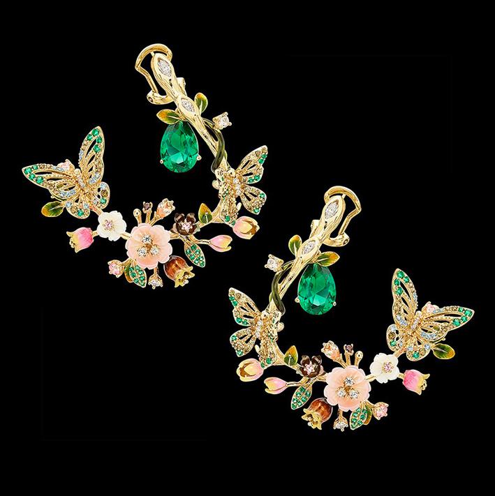 Orecchini in vermeil, pietre preziose create in laboratorio, tra cui due smeraldi a goccia, smeraldi incastonati, peridoti, topazi blu, zaffiri rosa, granati e diamanti bianchi, con fiori di madreperla intagliati, foglie smaltate a mano