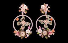Orecchini in vermeil con gemme create in laboratorio: smeraldi verdi, peridoti, granati arancio, diamanti bianchi e zaffiri rosa con fiori intagliati di madreperla e foglie di smalto dipinte a mano