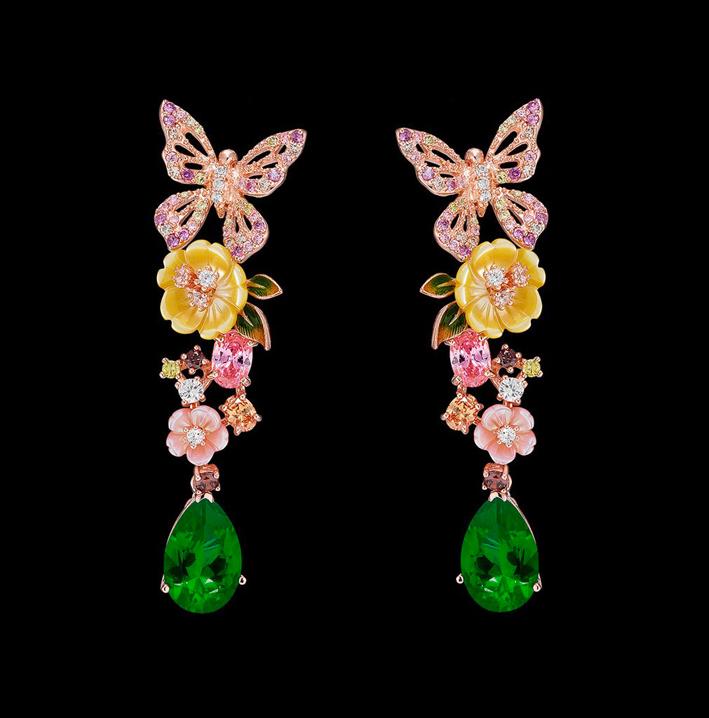 Orecchini in vermeil, set con pietre create in laboratorio, tra cui due smeraldi a goccia da 5 carati, diamanti bianchi e brown , zaffiri rosa, citrini arancioni con fiori di madreperla intagliati e foglie smaltate dipinte a mano