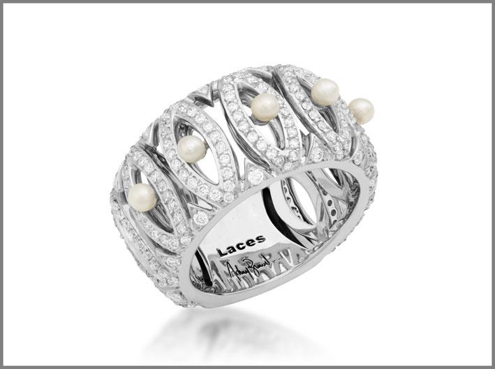 Anello della collezione Laces in oro bianco con diamanti e perle