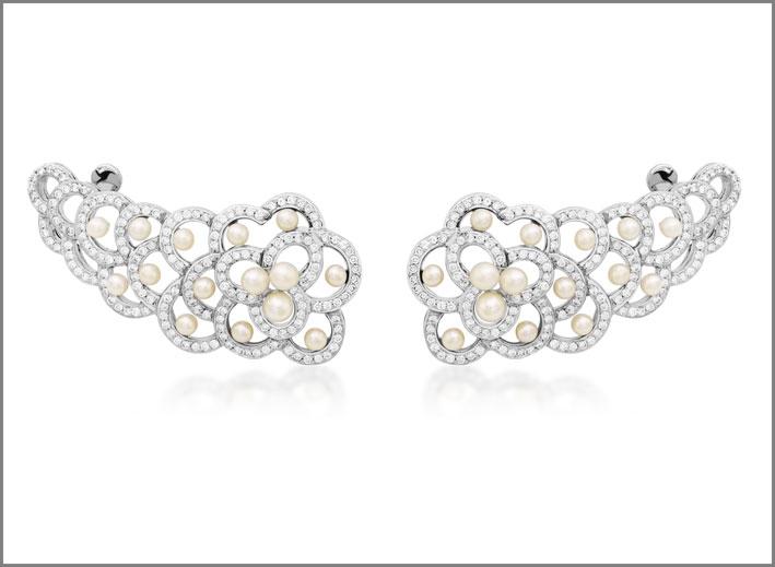 Orecchini della collezione Laces in oro bianco con diamanti e perle
