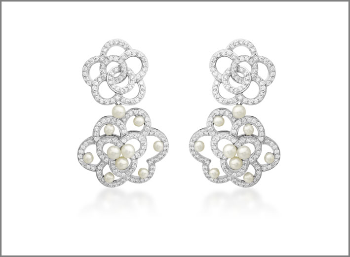 Orecchini pendenti della collezione Laces in oro bianco con diamanti e perle