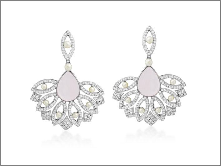 Orecchini con oro, diamanti, perle, calcedonio
