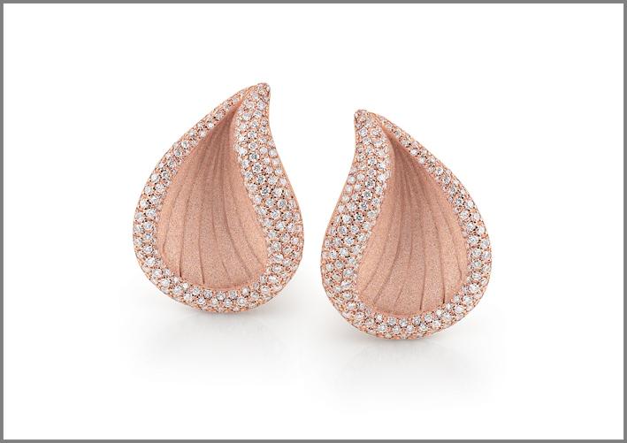 Orecchini della collezione Rivage, oro rosa e pavé di diamanti