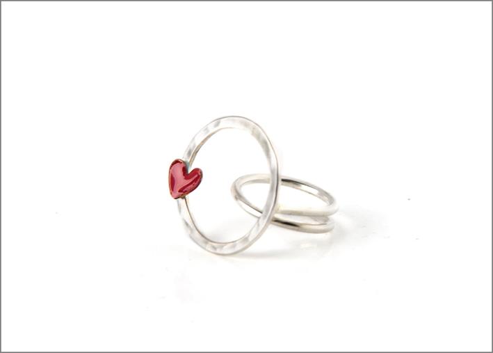 Anello in argento con cerchio vuoto e cuore in rame smaltato. Prezzo: 120 euro