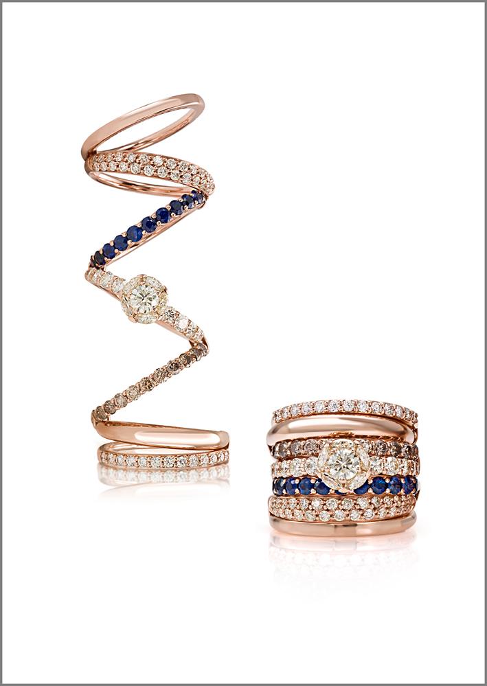 Anello oro rosa, diamanti di diversi colori, zaffiro blu