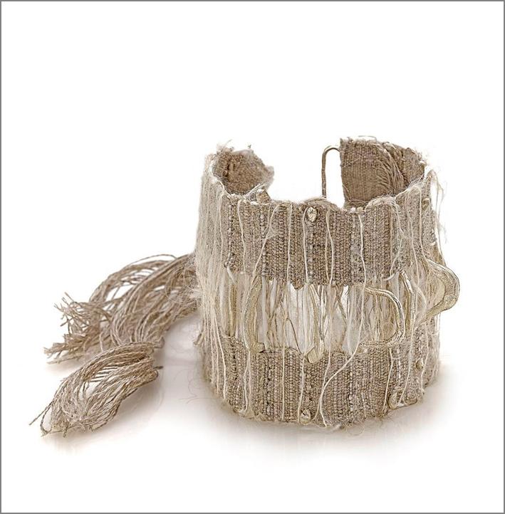 Duetto, bracciale in tessuto e argento con il designer francese Côme Touvay