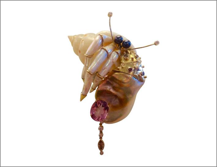 Spilla con guscio di granchio eremita, perla keshi, topazio rosa,  diamante cognac
