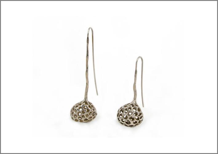 Orecchini della collezione Aria in argento satinato