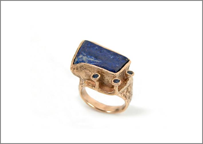 Anello della linea Terra, in bronzo, lapis e zaffiro