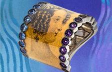Anello Madame Pollet, in oro bianco, ametista, zaffiri, frammento dal giornale di modadell'Ottocento «Le Follet Courrier des Salons»