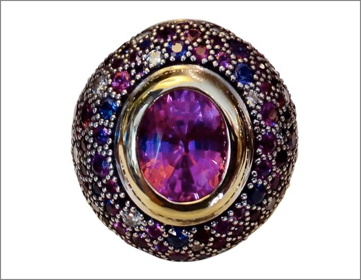 Anello con zaffiro multicolore, diamanti, zaffiri rosa. Prezzo: 14.880 dollari