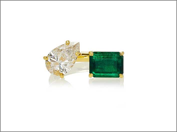Anello con diamante a pera e smeraldo