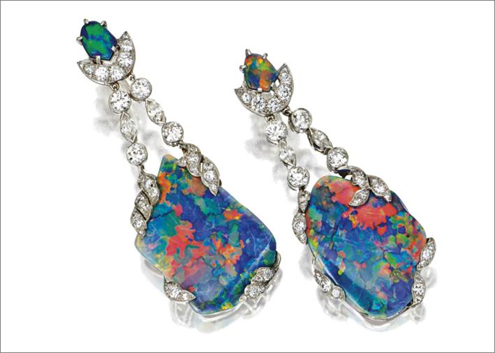 Orecchini pendenti degli anni Cinquanta con diamanti e opali