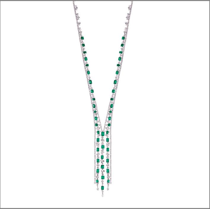 Collana sautoir  in oro bianco, diamanti e smeraldi