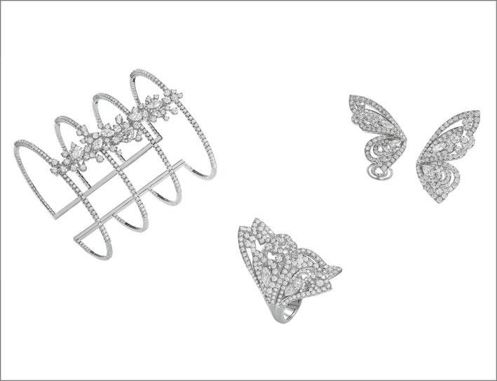 Bracciale manchette in oro bianco e brillanti di vario taglio. Anello a farfalla in oro bianco e diamanti di vario taglio. Orecchini a farfalla in oro bianco e diamanti di vario taglio