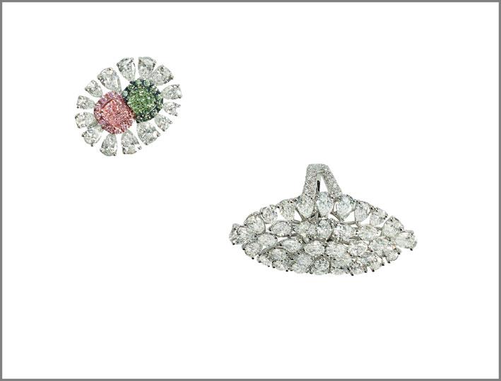 Anello in oro bianco e diamanti bianchi, rosa e verde di vario taglio. Anello ovale in oro bianco e diamanti di vario taglio