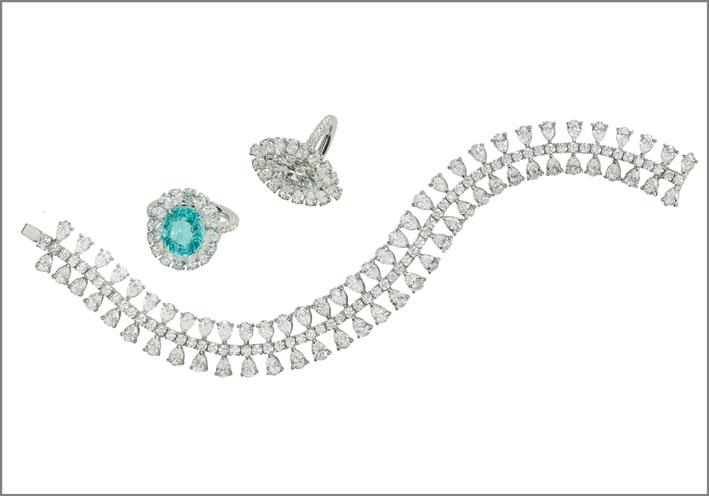 Anello a fiore in oro bianco e diamanti di vario taglio, con importante paraiba centrale, 5,63 carati. Anello ovale in oro bianco e diamanti di vario taglio, con navette centrale. Bracciale in oro bianco e diamanti di vario taglio