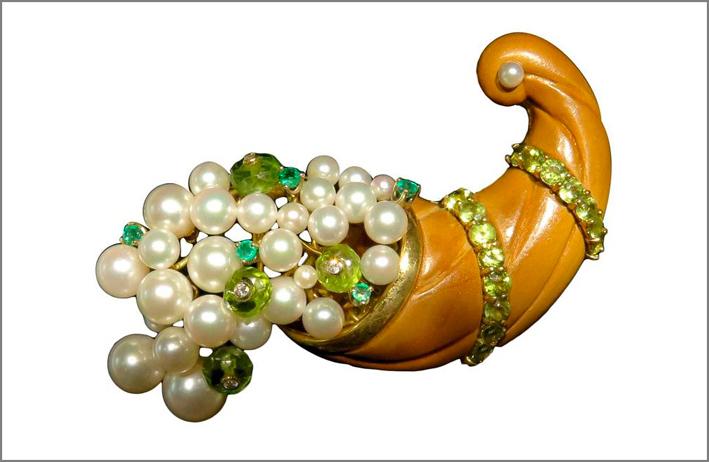 Spilla a forma di cornucopia con perle mobili, diamanti, smeraldo