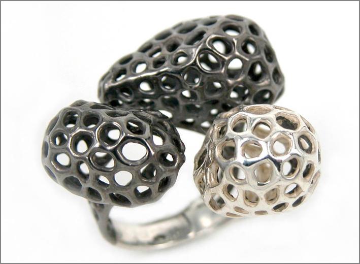 Triade, anello della collezione Aria in argento satinato e rodiato