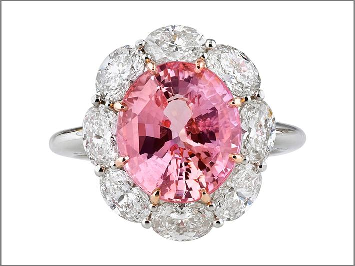 Un anello con zaffiro Padparadscha, simile a quello della principessa Eugenia