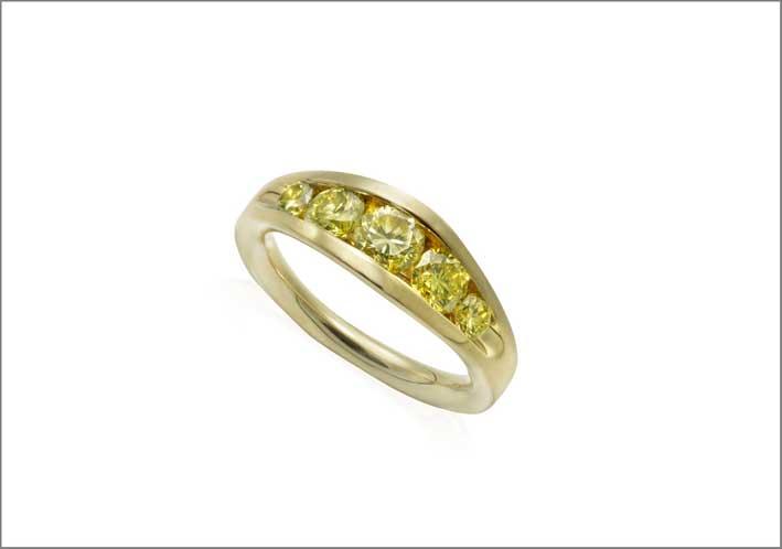 Anello in oro e diamanti gialli